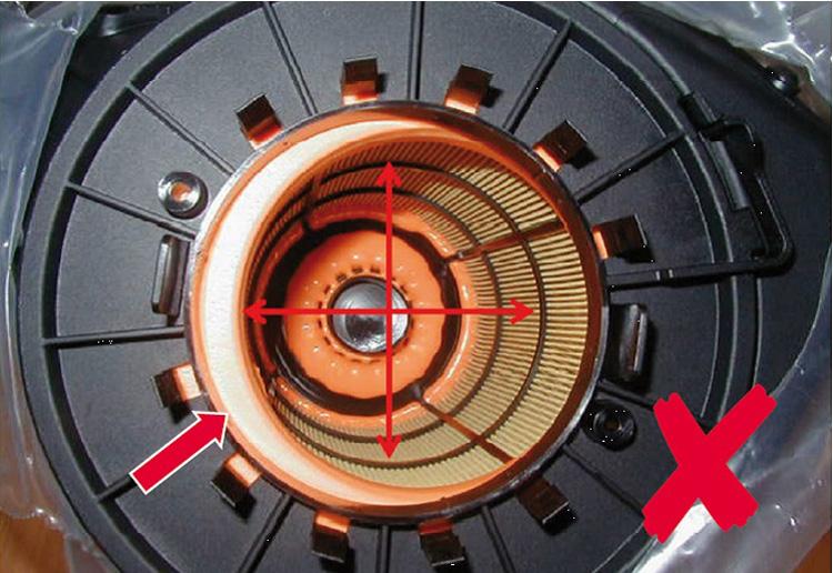 Σχήμα 2: Το στοιχείο του φίλτρου αέρα είναι εκτός κέντρου, αφήνοντας στον κινητήρα την εισαγωγή ακαθάρτου αέρα (βλ. Βέλος)