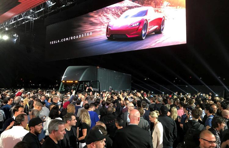 Ο Elon Musk αποκαλύπτει το ηλεκτρικό φορτηγό Tesla