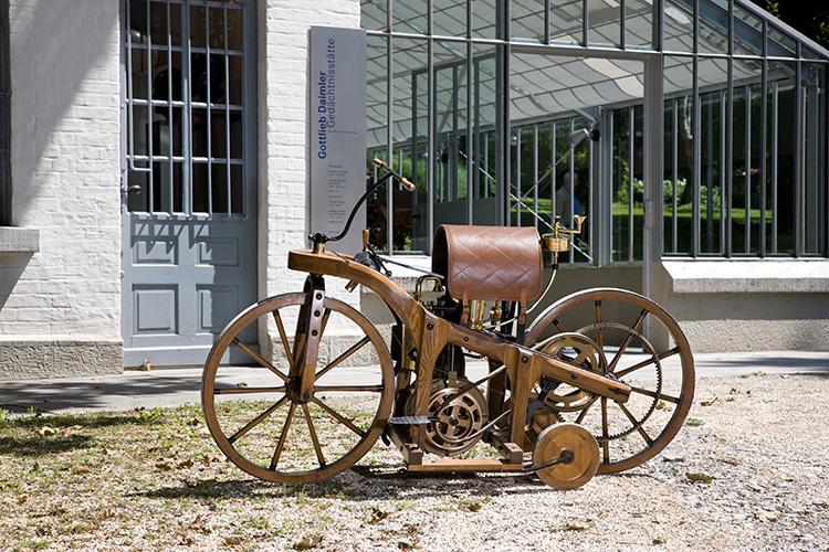 Αντίγραφο του πρώτου οχήματος μπροστά από το μνημείο Gottlieb Daimler στο Bad Cannstatt.