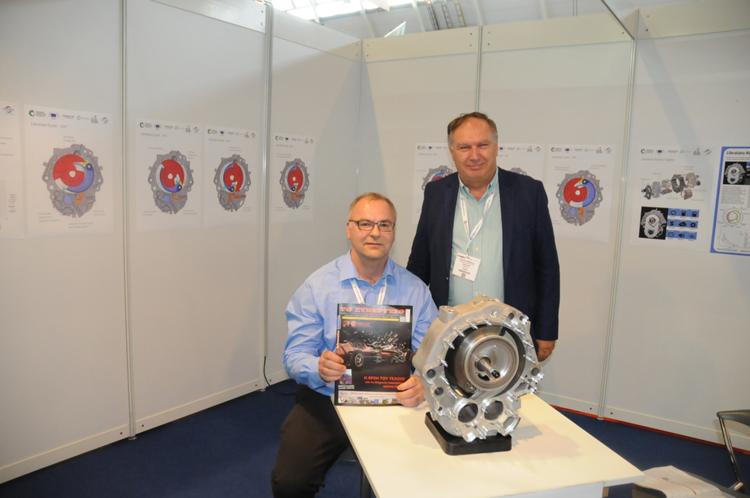 <em>Ο κ. Dan Aris μαζί με τον κύριο Καραμπίλα Πέτρο το «Συνεργείο του Αυτοκινήτου» και τον επαναστατικό κινητήρα Libralato</em>