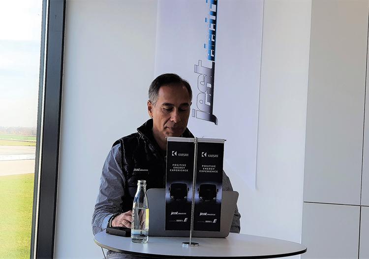 Γεν. Διευθυντής της Karsan κύριος Muzaffer Arpacioglu ποζάρει