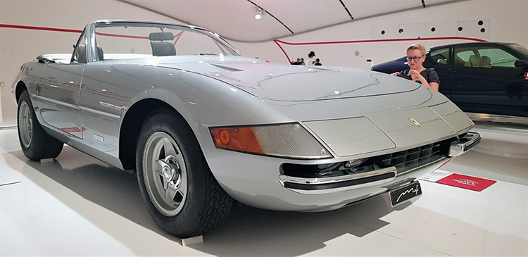 <strong><em>365 GTS4 με κινητήρα V12, 4.4 lit 352 hp στις 7.500 rpm και τελική ταχύτητα 280 km/h.</em></strong>