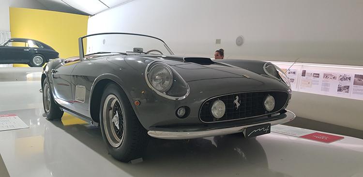 <strong>Το ότι η California είχε παραχθεί αρχικά το 1957 το γνωρίζετε; με κινητήρα V12, 3.0 lit 240 hp στις 7.000 rpm και τελική ταχύτητα 252 km/h.</strong>